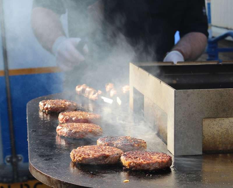 Hamburgers op gril