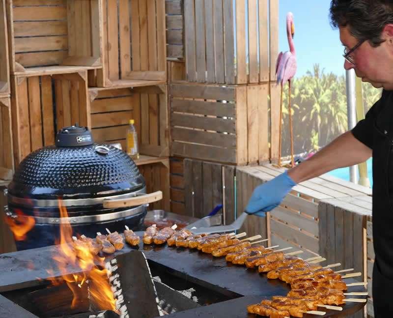 Barbecue met kok