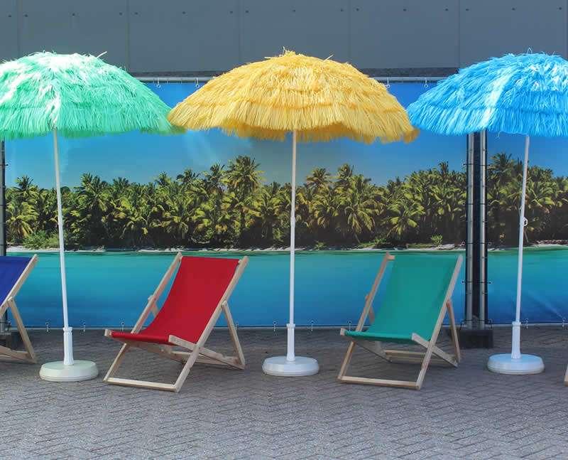 Parasols met strandstoelen