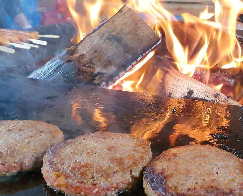 Spiesjes en hamburgers bij open vuur
